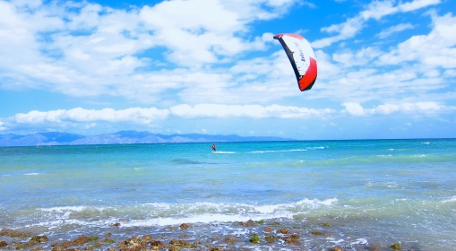 Note there are no other kites on the water...